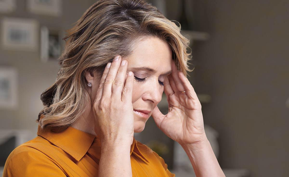 неприятная симптоматика в виде постоянной усталости глаз, головных болей